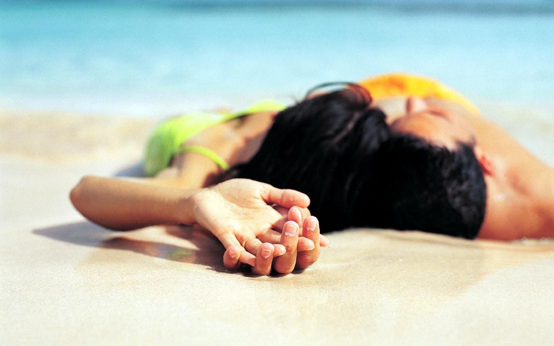 Parejas de enamorados en playa - 1440x900