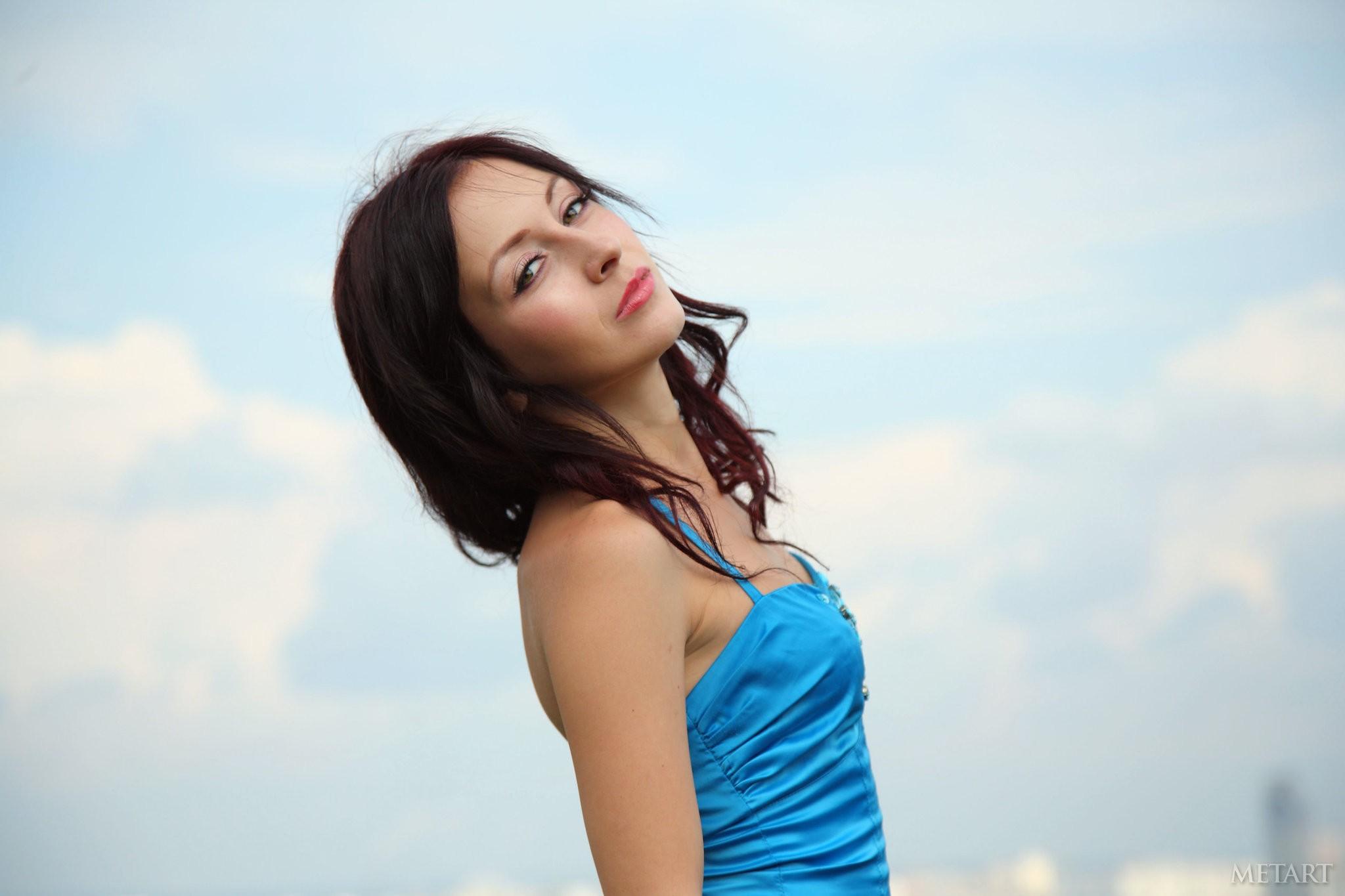 Pelirroja con vestido azul - 2048x1365