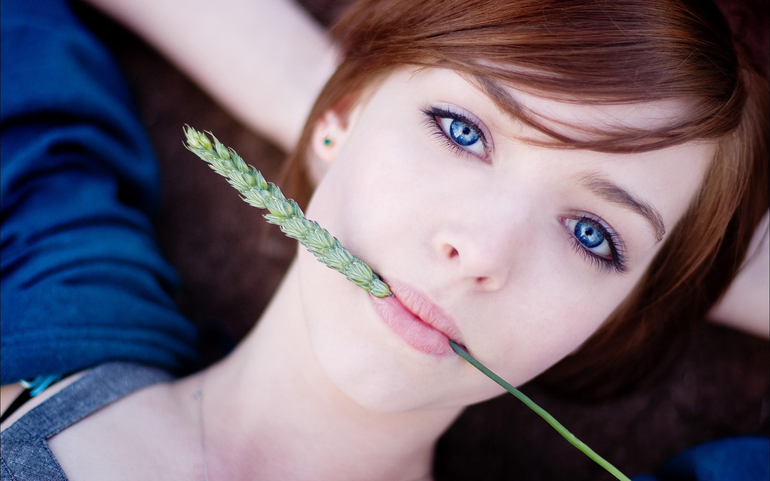 Pelirroja de ojos azules - 2560x1600