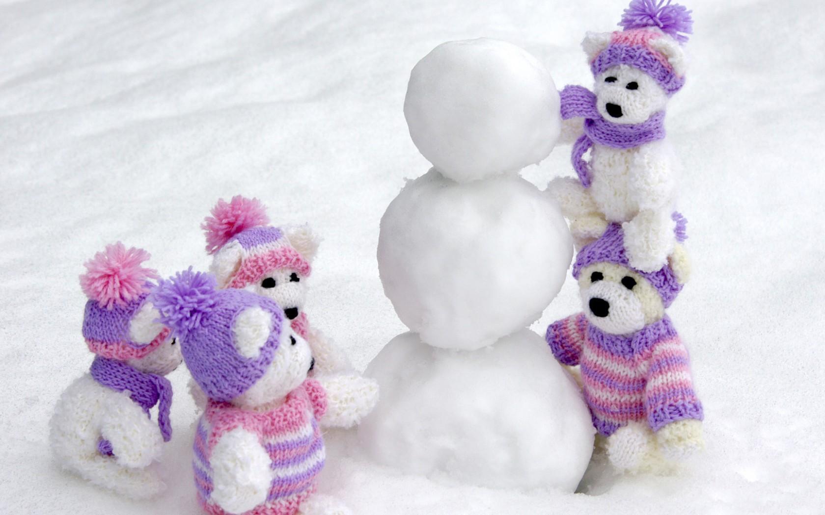 Peluches en la nieve - 1680x1050