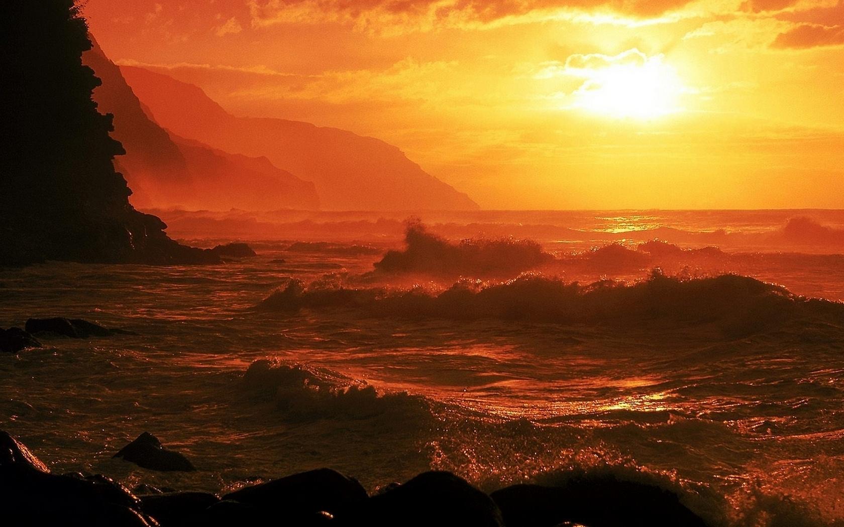 Puesta de sol en playas rocosas - 1680x1050
