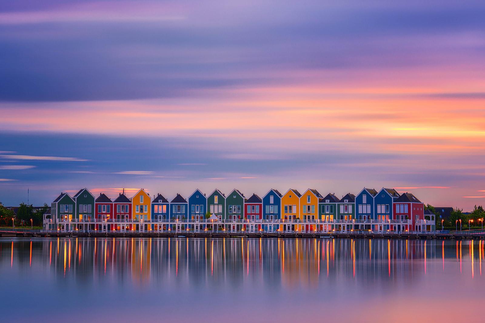 Reflejos de casas en lago - 1600x1066