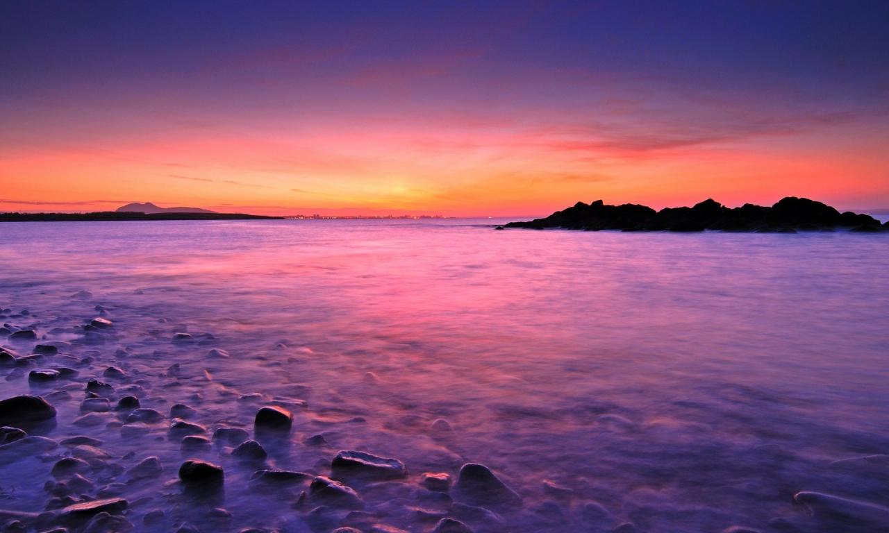 Amanecer en playa rocosa - 1280x768