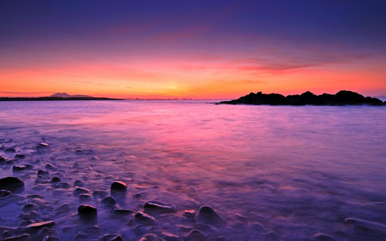 Amanecer en playa rocosa - 1440x900