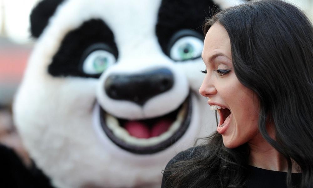 Angelina Jolie y un oso - 1000x600