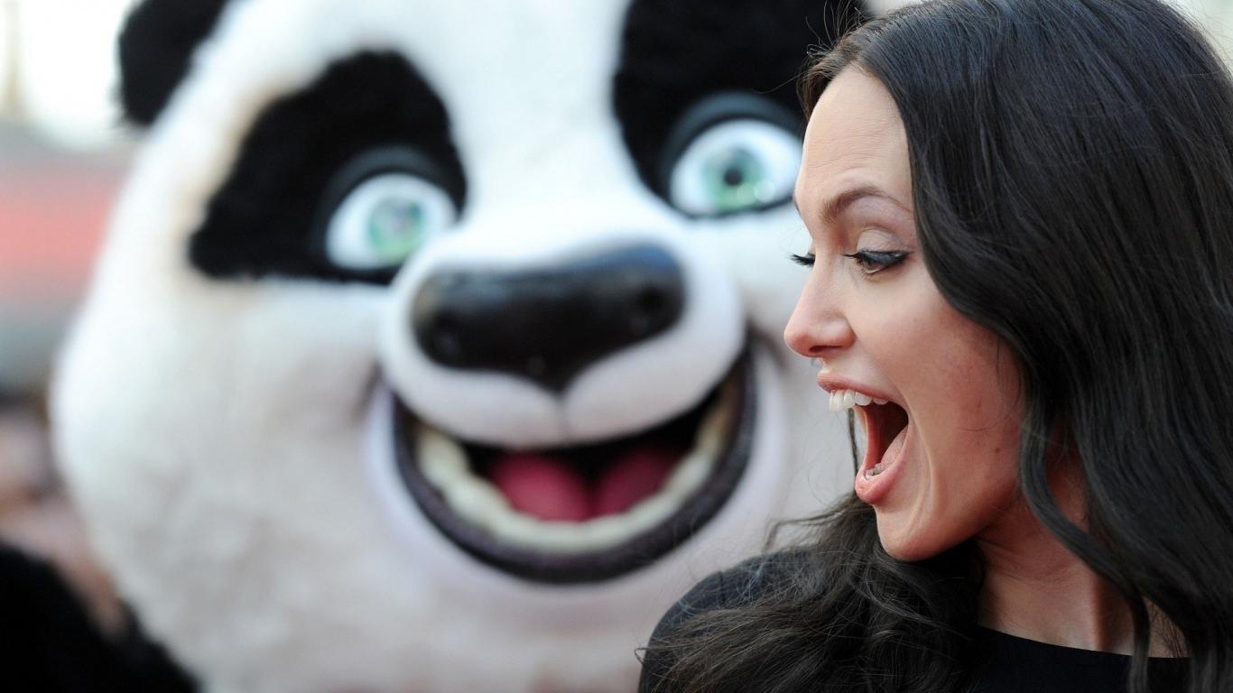 Angelina Jolie y un oso - 1366x768