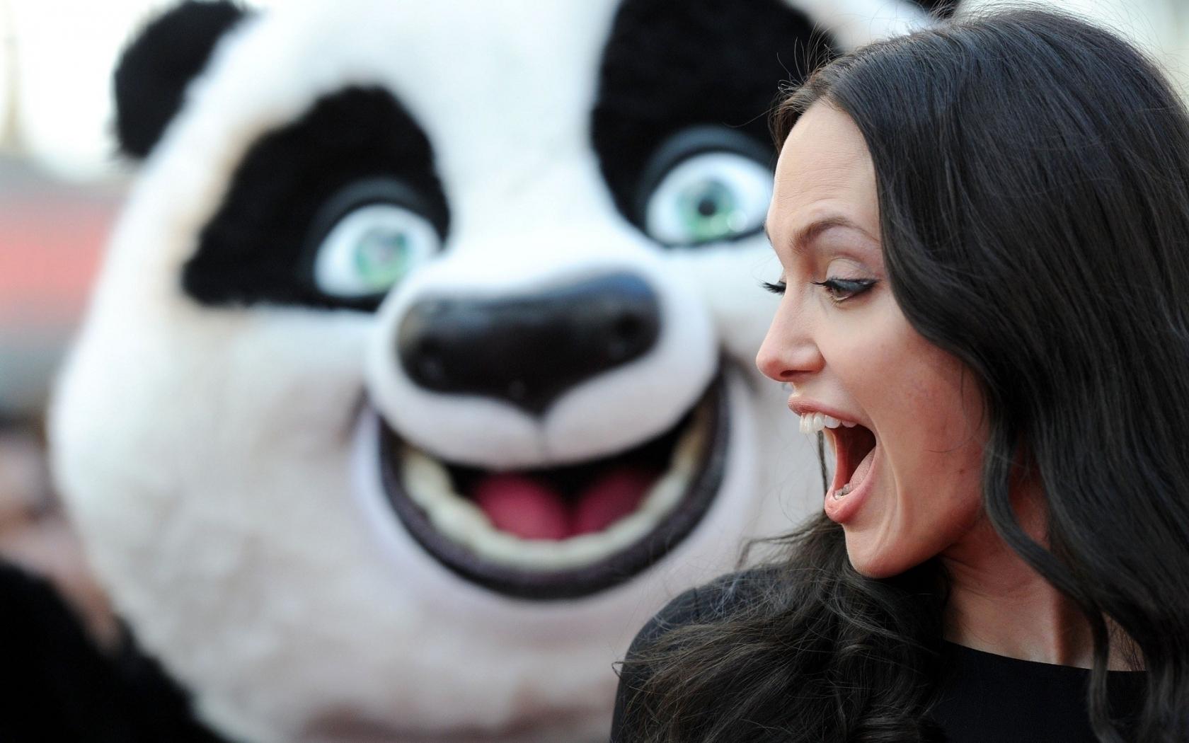 Angelina Jolie y un oso - 1680x1050