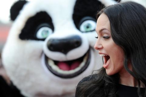 Angelina Jolie y un oso - 480x320