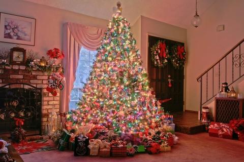 Arbol de navidad y decenas de regalos - 480x320