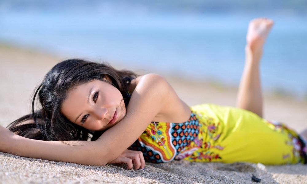 Asiatica en la playa - 1000x600