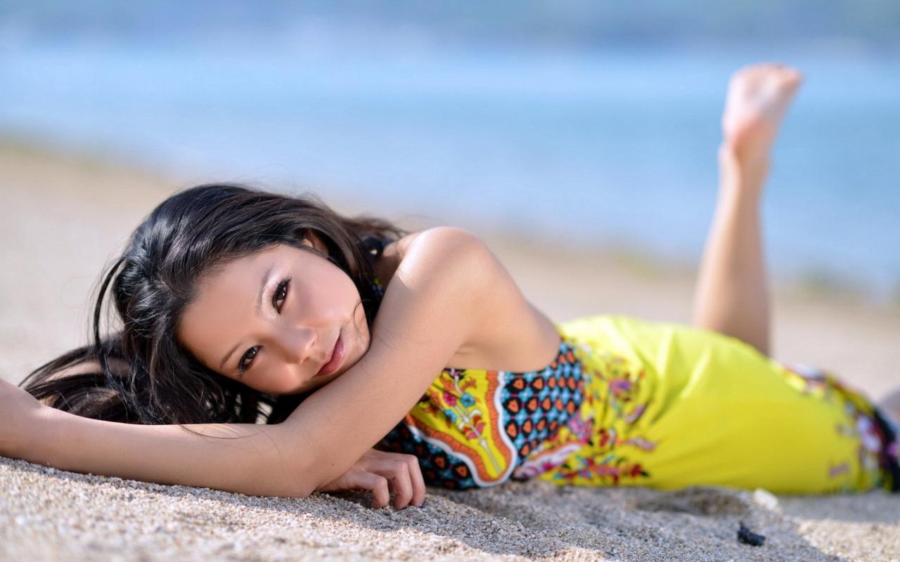 Asiatica en la playa - 1280x800