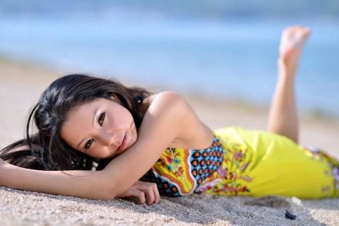 Asiatica en la playa - 480x320