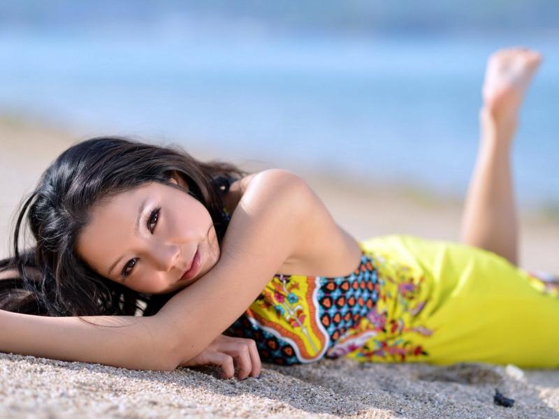 Asiatica en la playa - 800x600