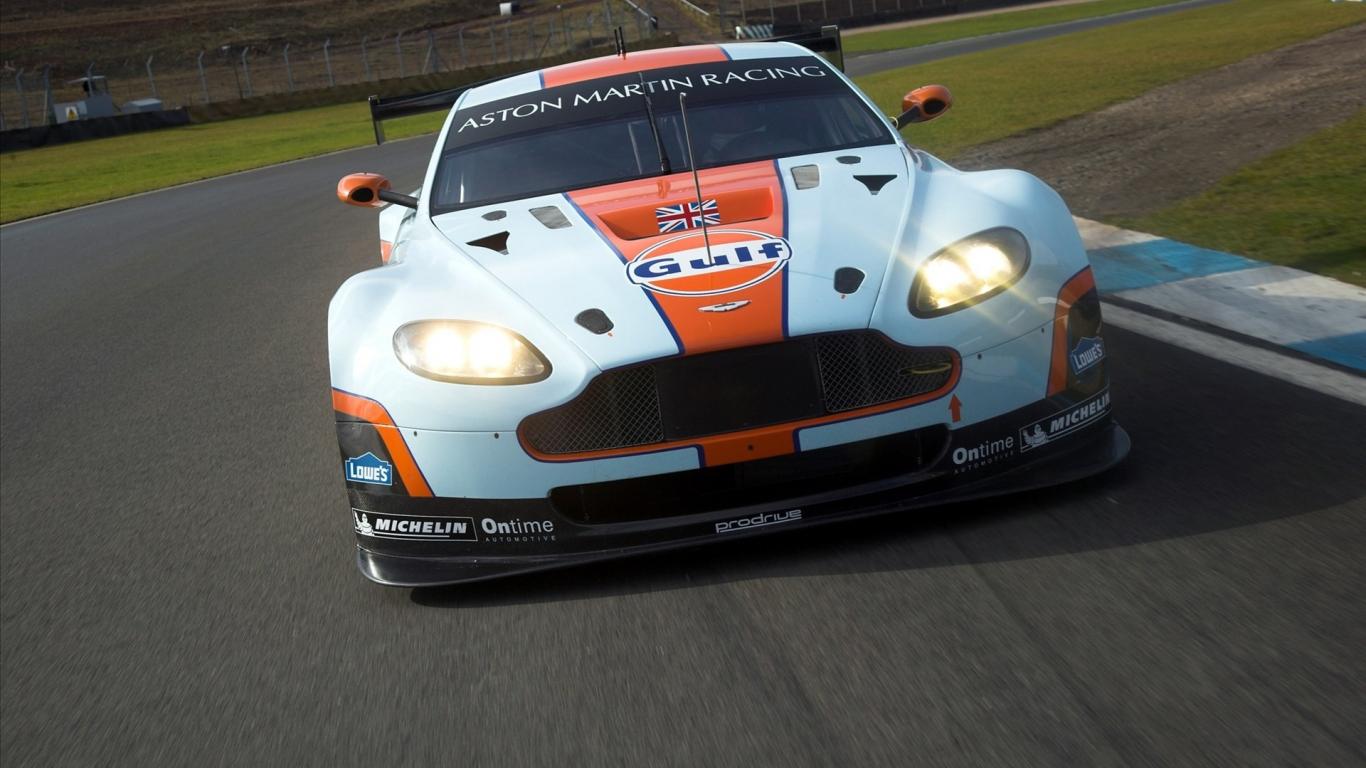 Aston Martin de carreras - 1366x768