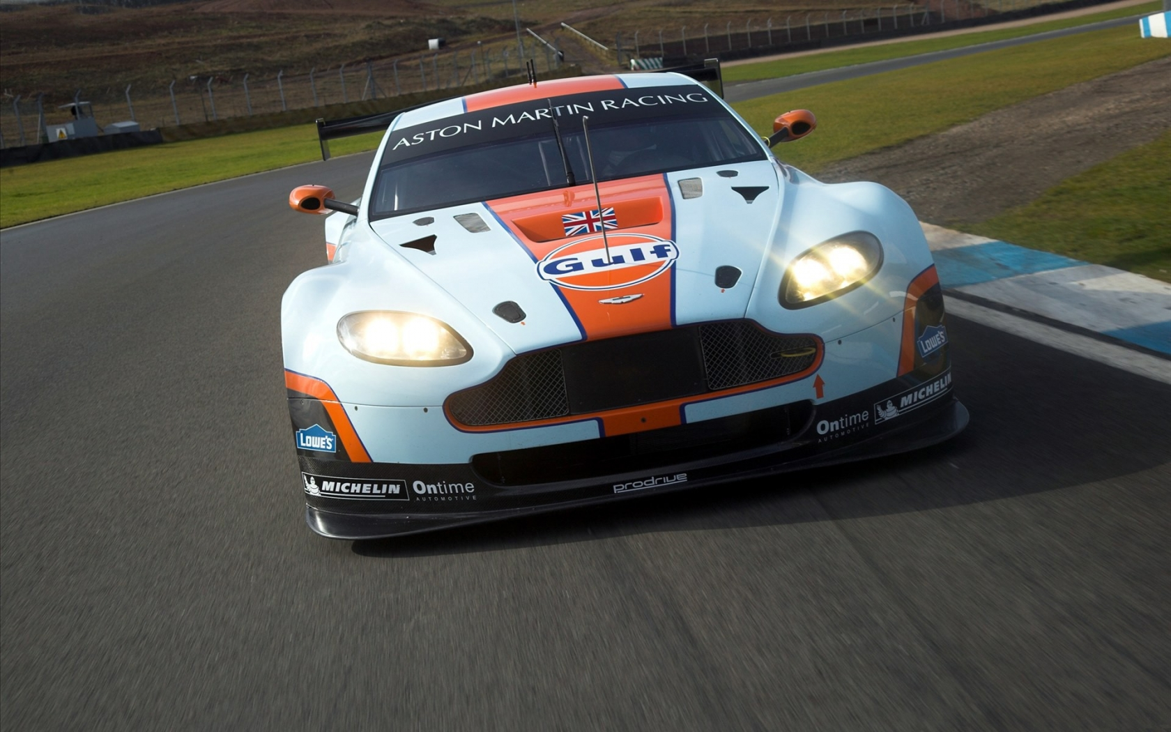 Aston Martin de carreras - 1680x1050