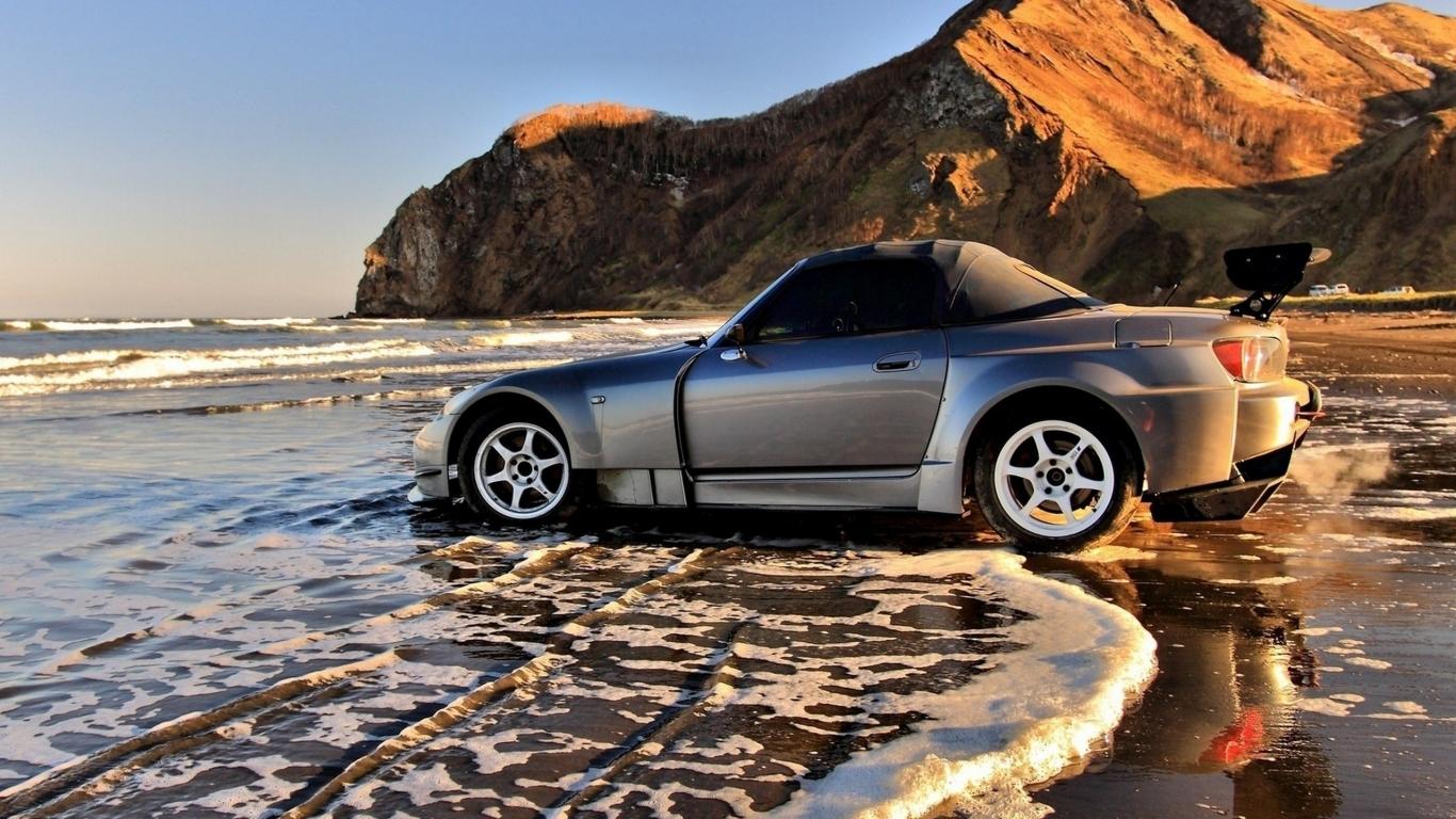Auto en la playa - 1366x768