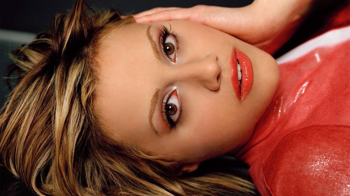 Brittany Murphy rostro - 1366x768