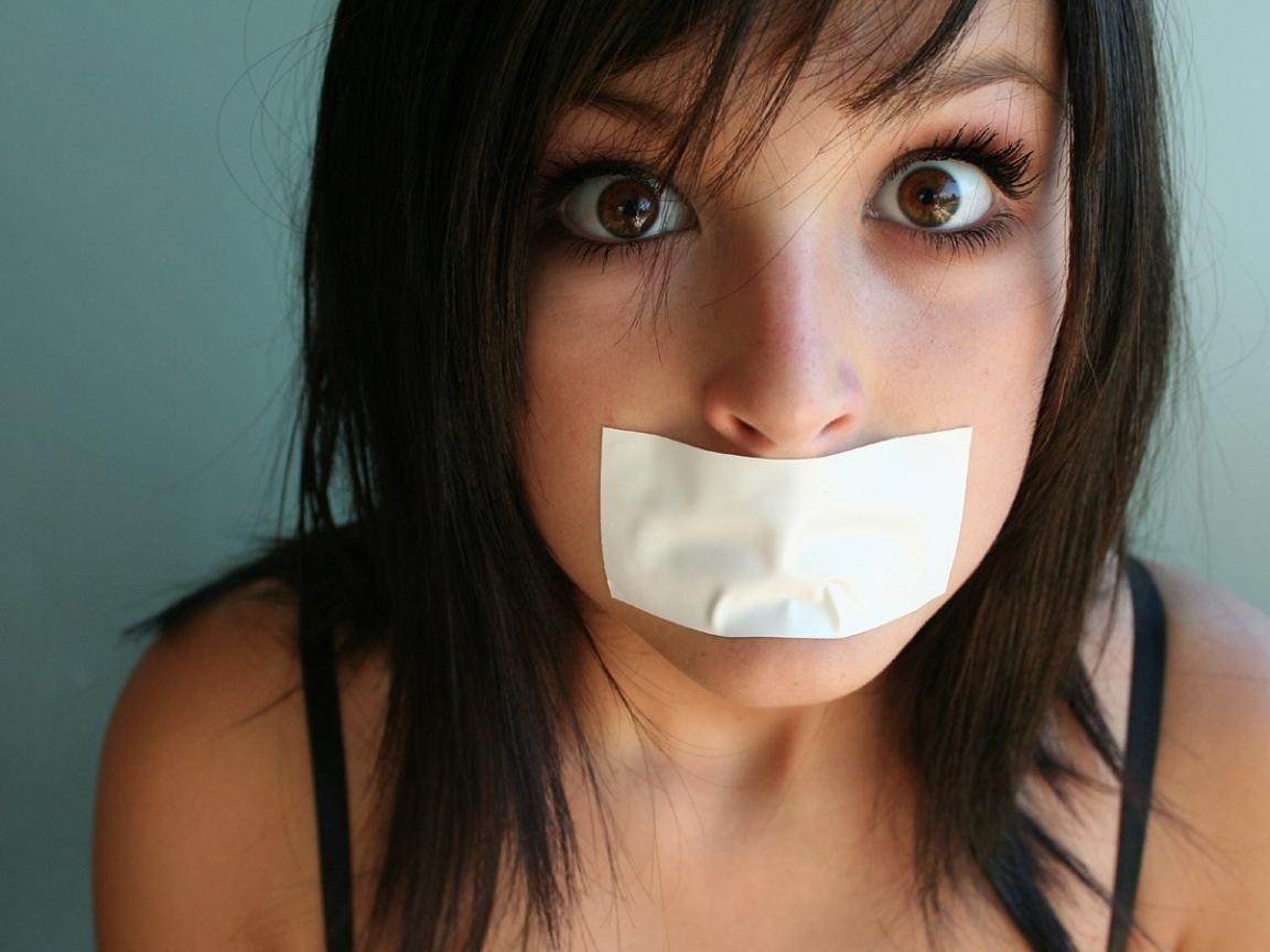 Chica con la boca tapada - 1152x864