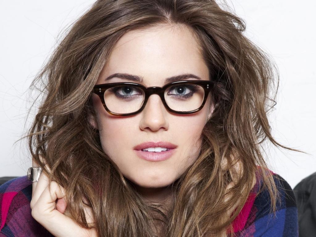 Chica con lentes - 1024x768