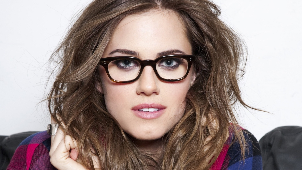 Chica con lentes - 1280x720