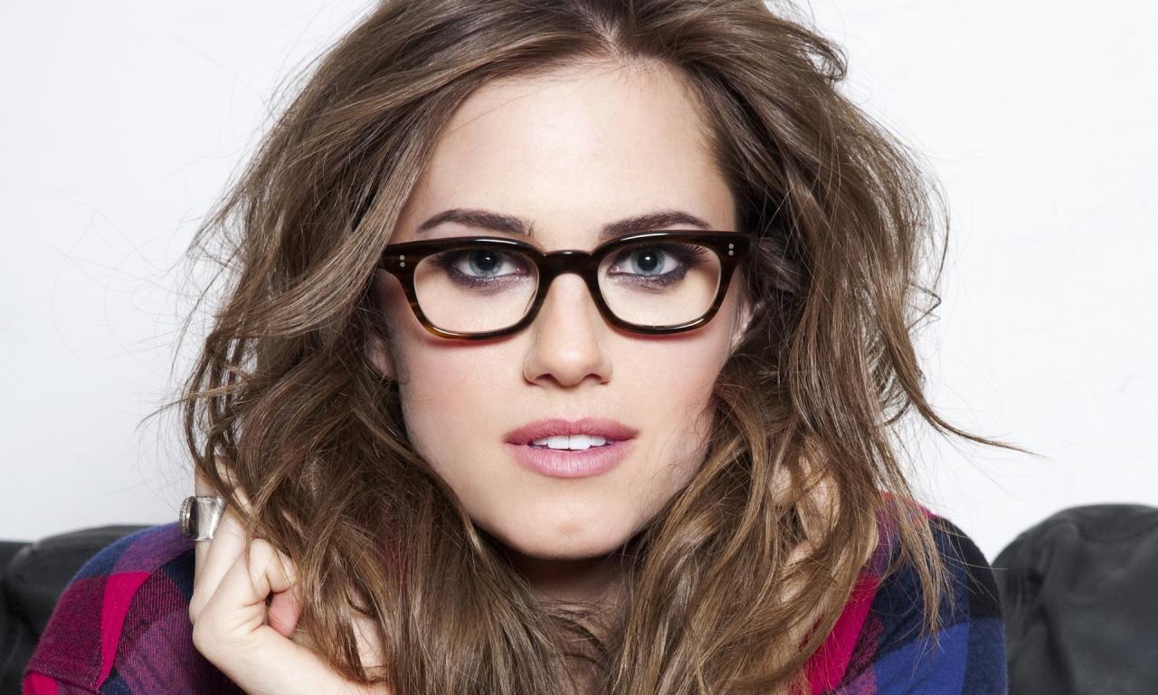 Chica con lentes - 1280x768