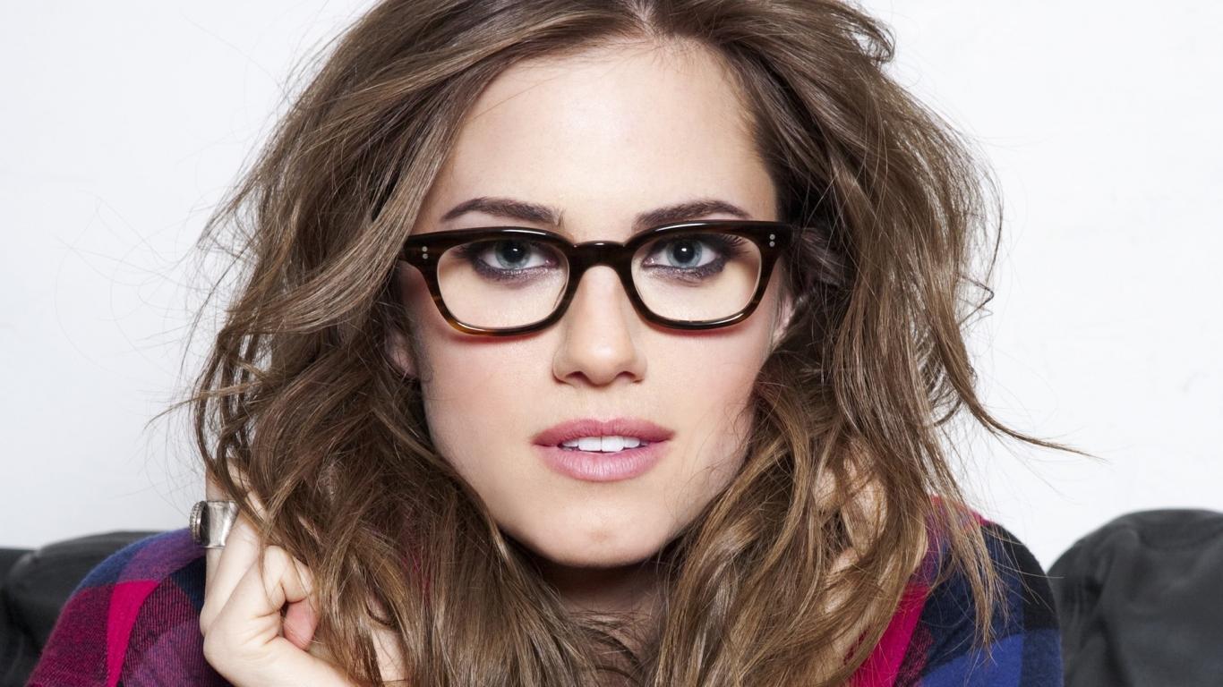 Chica con lentes - 1366x768