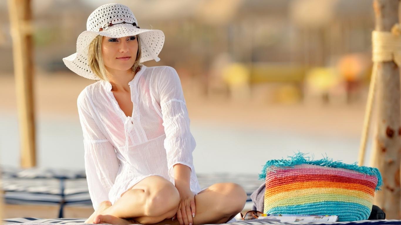 Chica con sombrero - 1366x768