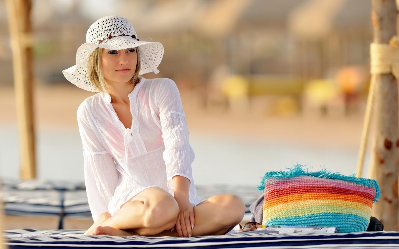 Chica con sombrero - 1440x900