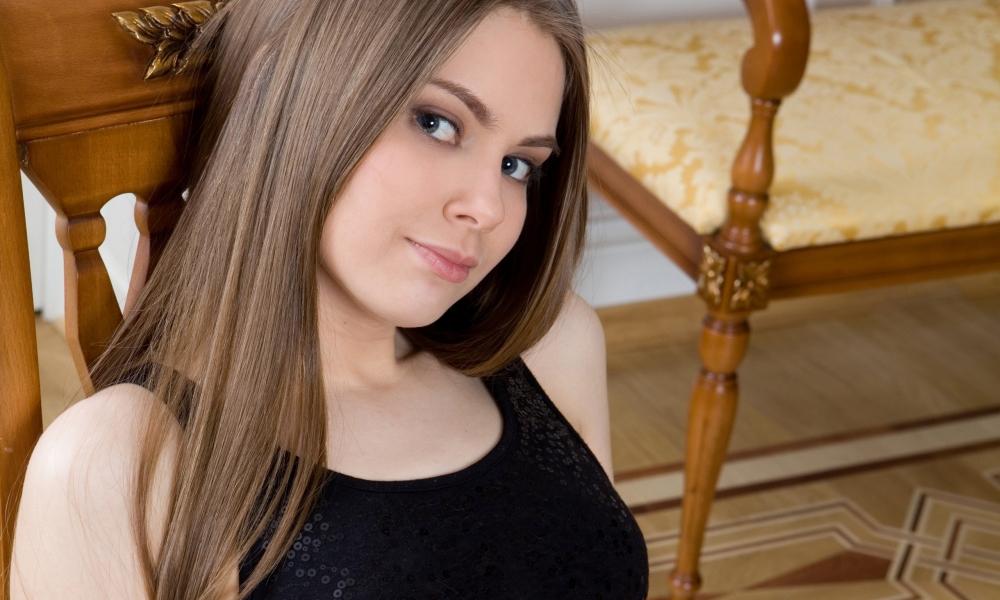 Chica de pelo largo - 1000x600