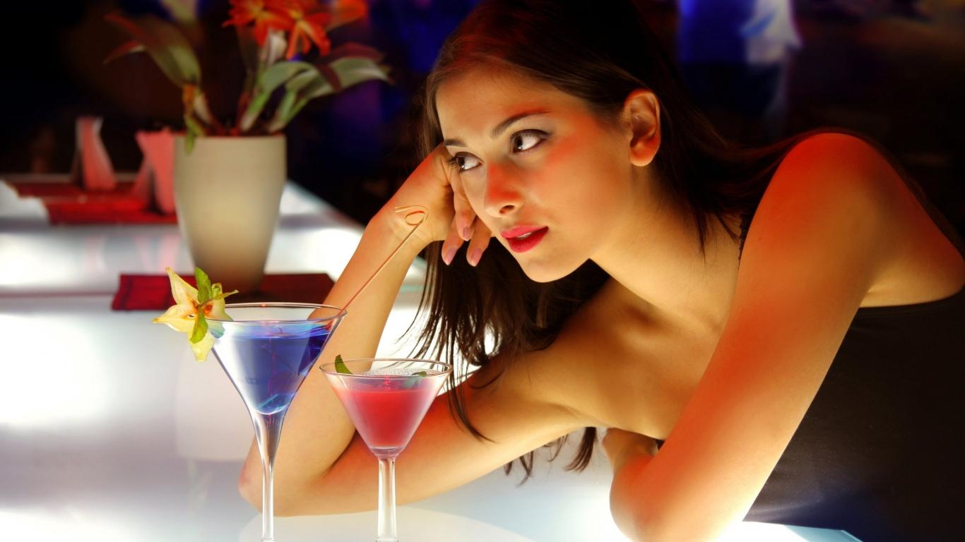 Chica en el bar - 1366x768