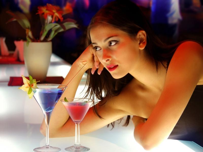 Chica en el bar - 800x600