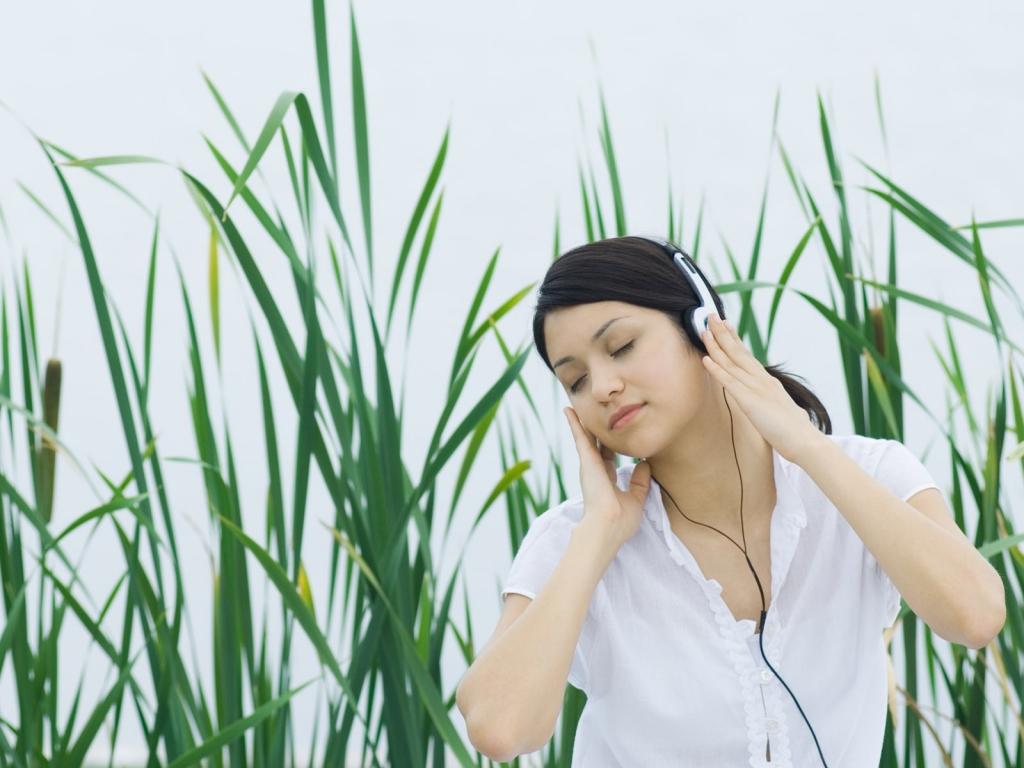 Chica escuchando música - 1024x768