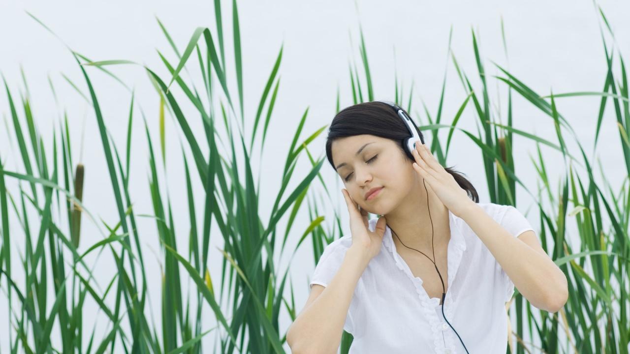 Chica escuchando música - 1280x720