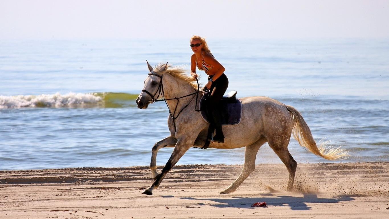 Chica paseando a caballo - 1366x768