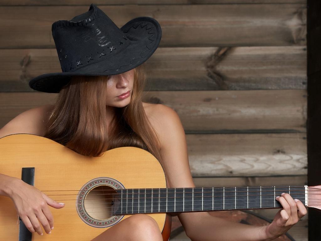 Chica tocando guitarra - 1024x768