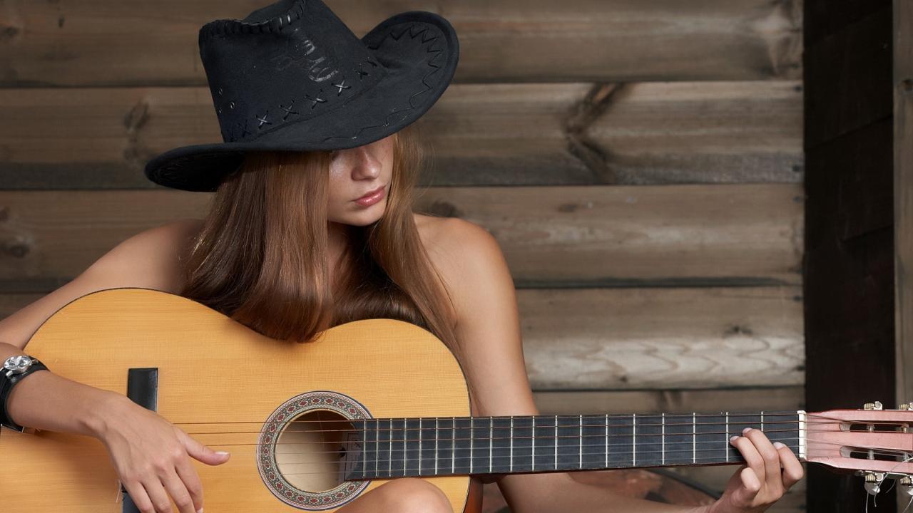 Chica tocando guitarra - 1280x720