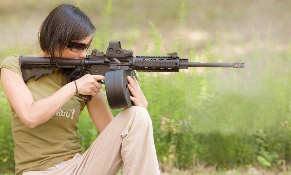 Chicas bellas y armas - 1000x600