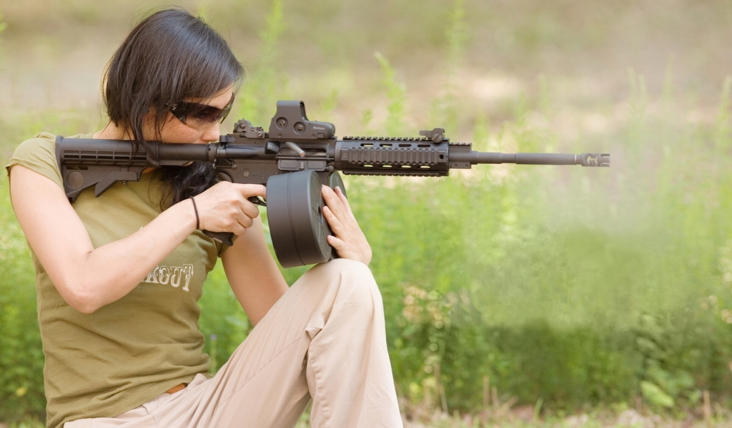 Chicas bellas y armas - 1024x600