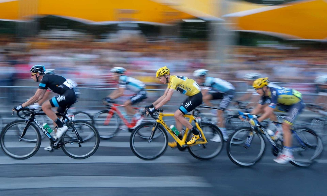 Ciclistas en competencia - 1280x768
