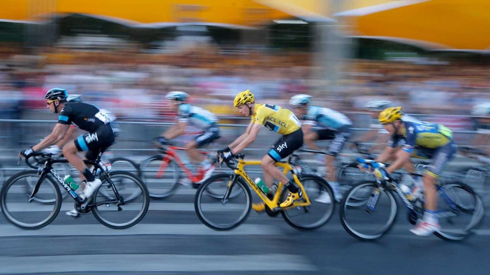 Ciclistas en competencia - 1600x900