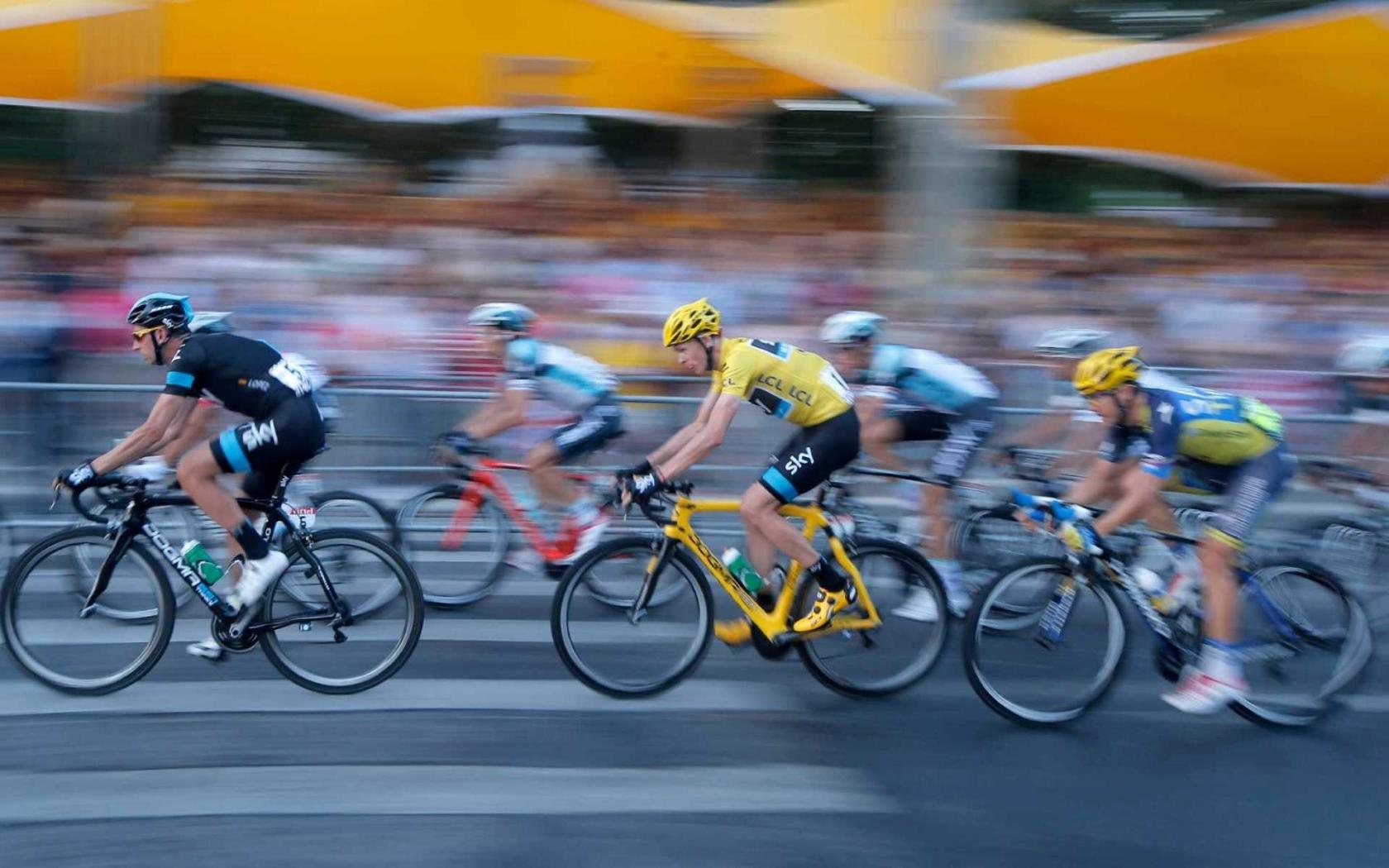 Ciclistas en competencia - 1680x1050