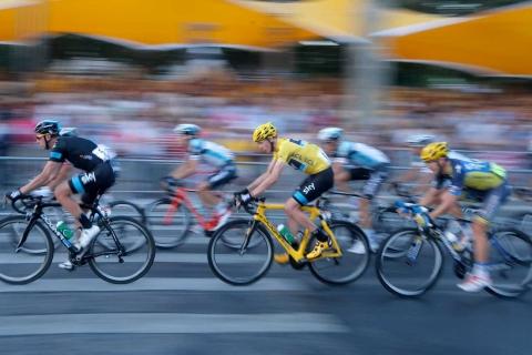 Ciclistas en competencia - 480x320