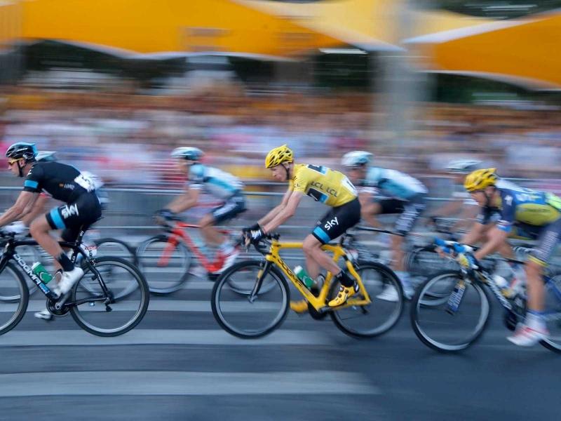 Ciclistas en competencia - 800x600