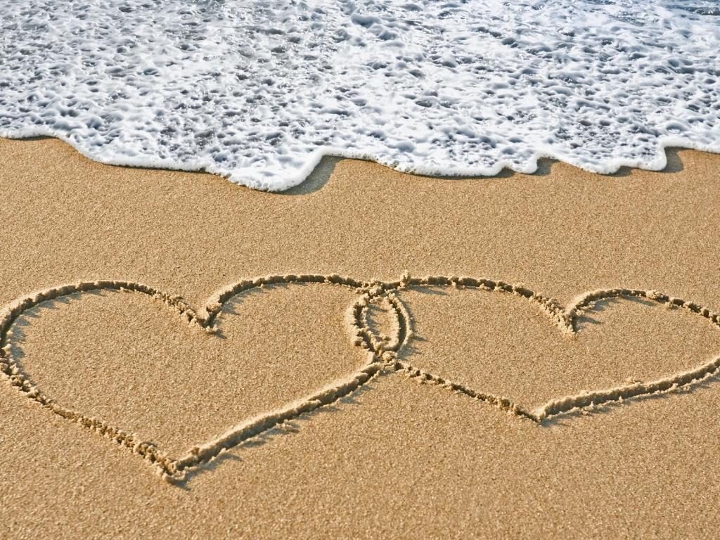 Corazones en la playa - 1024x768