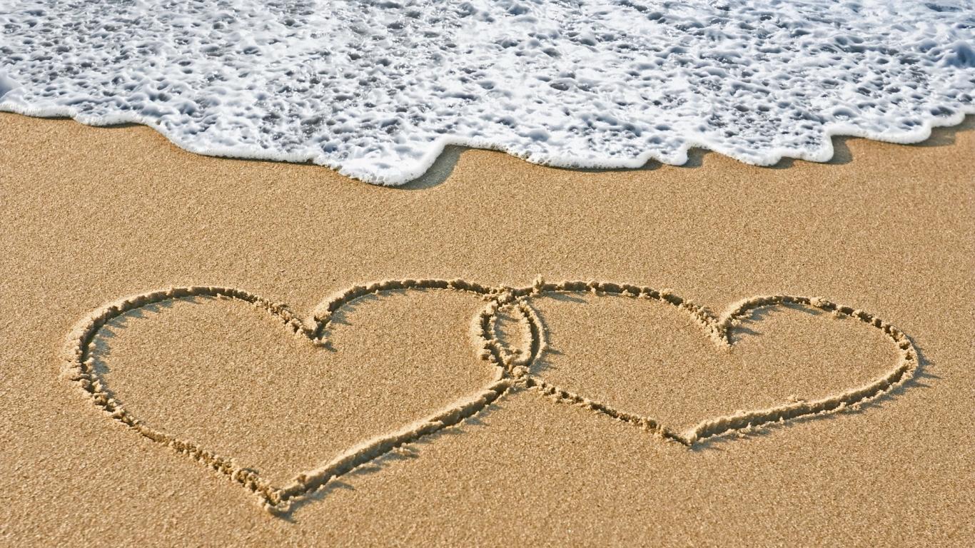 Corazones en la playa - 1366x768