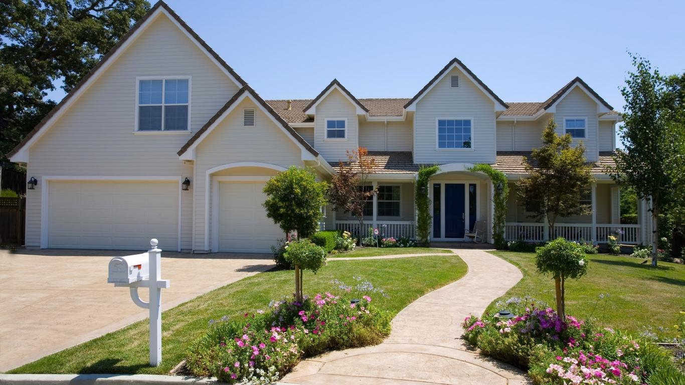 Dise o de casa con jard n hd 1366x768 imagenes for Diseno de jardines para casas