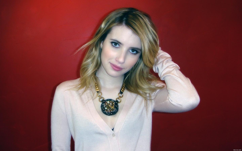 Emma Roberts fondo rojo - 1440x900