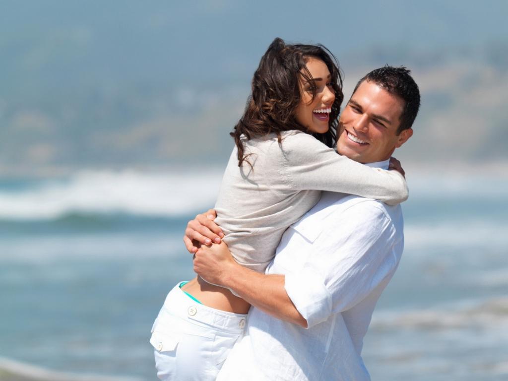 Enamorados en playa - 1024x768