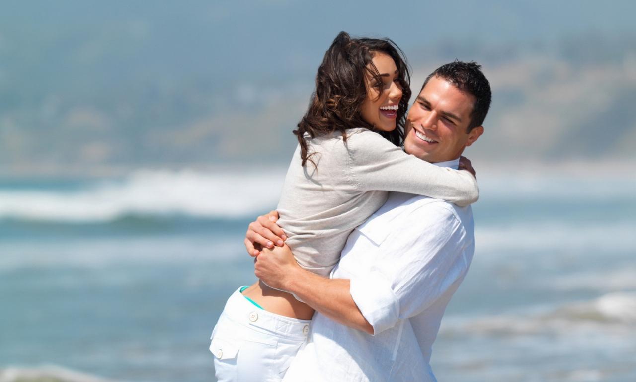 Enamorados en playa - 1280x768