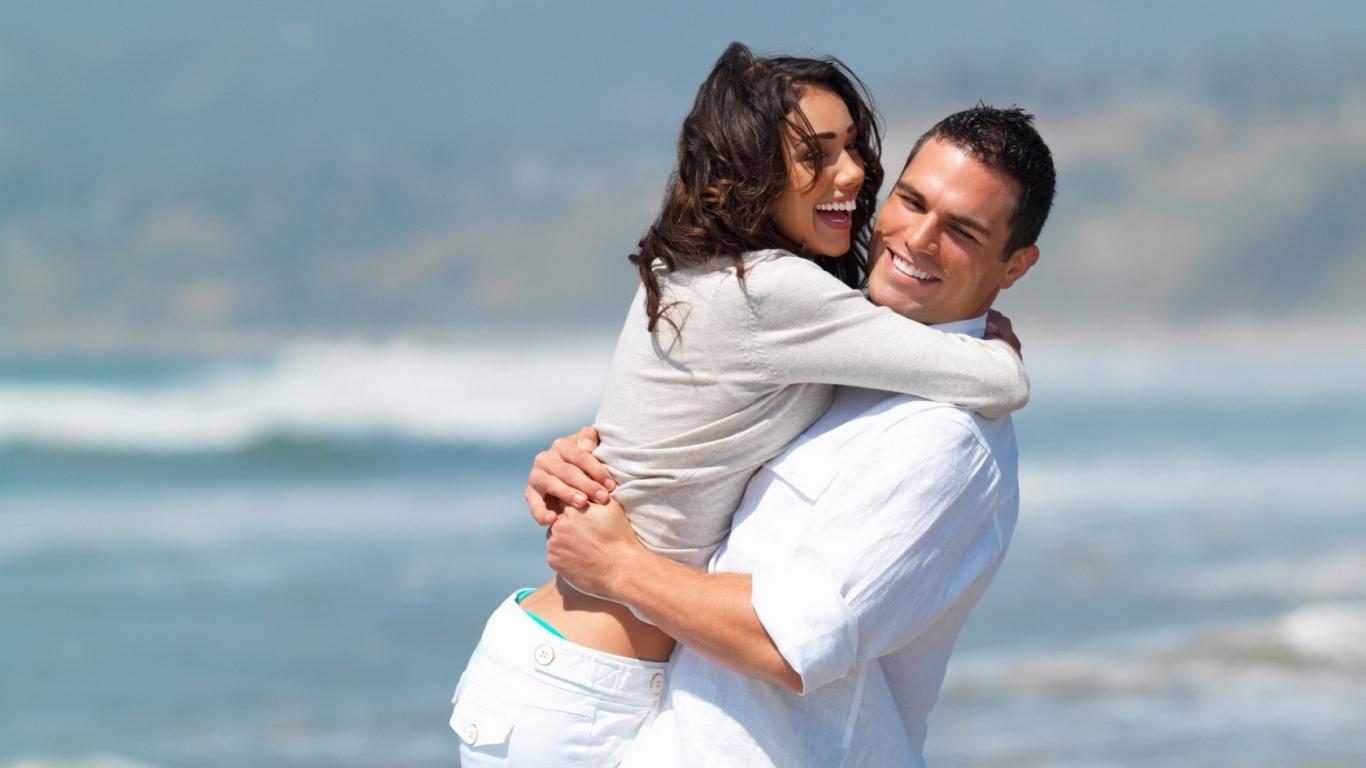 Enamorados en playa - 1366x768